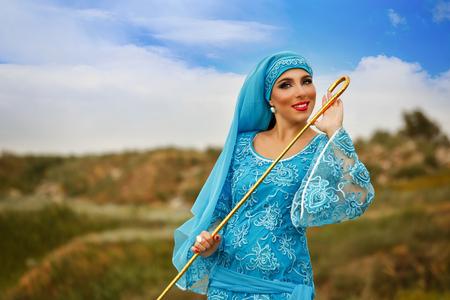 bailarinas arabes: Belleza oriental Sa'idi danza. Niña bonita vistiendo un disfraz nacional baile shepherdess con caña de pastor al aire libre. Nomads.