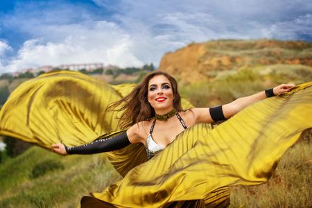 bailarinas arabes: Belleza oriental de baile con las alas. chica en el baile vestido nacional en el aire libre. Nómadas. Gracia.