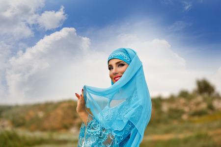 bailarinas arabes: Belleza oriental Sa'idi danza. Niña bonita vestida de baile pastor de disfraces nacionales con el bastón de pastor al aire libre. Nomads. Foto de archivo