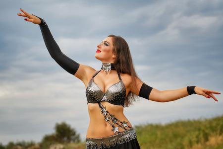 bailarinas arabes: Danza del vientre oriental de belleza. chica en el baile vestido nacional en el aire libre. Nómadas. Foto de archivo