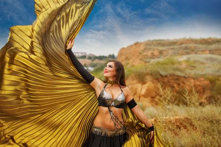 bailarinas arabes: Belleza oriental de baile con las alas. chica en el baile vestido nacional en el aire libre. Nómadas. ala Wag. Foto de archivo