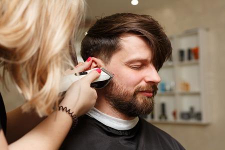 Professionelle Friseur Macht Haarschnitt Manner Haare Schneiden Von