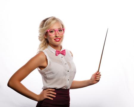 Business coach toont aanwijzer. Het meisje is gekleed in een blouse, een vlinderdas en een bril. Opleiding. Positief kijken naar de toekomst. Terug naar school.