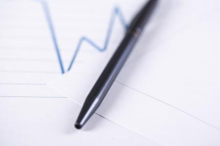schwarzer Stift auf dem Millimeterpapier der Finanzen Standard-Bild