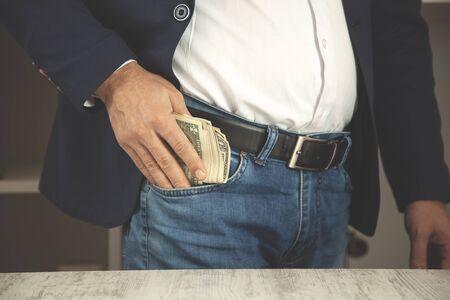 junger Geschäftsmann Handgeld auf Tasche