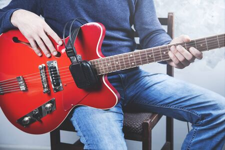 man hand guitar playing the guitar on gray background Banque d'images - 138388426
