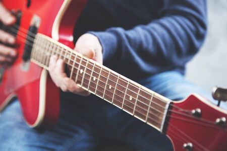 man hand guitar playing the guitar on gray background Banque d'images - 138458337