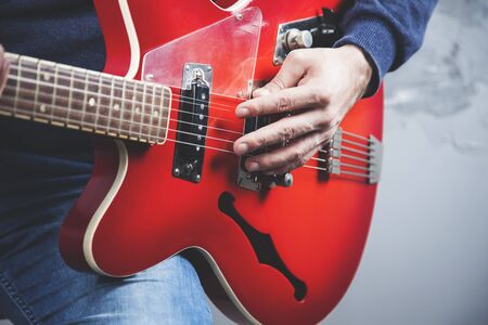 man hand guitar playing the guitar on gray background Banque d'images - 138458104