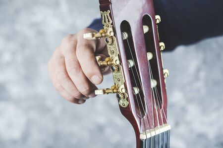 man hand guitar playing the guitar on gray background Banque d'images - 138457900