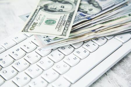 money on keyboard on the wooden desk Standard-Bild - 138458286