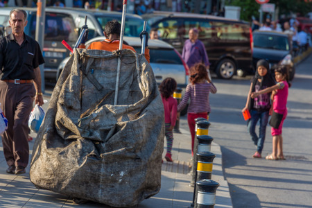 recolector de basura: ESTAMBUL, Turqu�a - 26 de mayo: los ni�os pobres de recolecci�n de basura el 26 de mayo de 2015, de Estambul