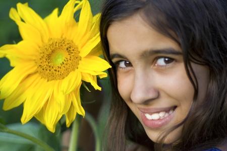 Close up ritratto di ragazza bruna, con semi di girasole