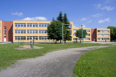 schulgeb�ude: Au�enansicht des Schulgeb�udes whith Spielplatz Lizenzfreie Bilder