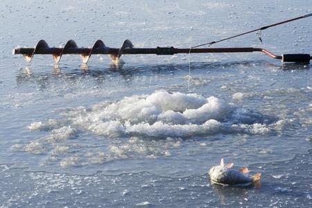 Ice trapano e canna da pesca su ghiaccio