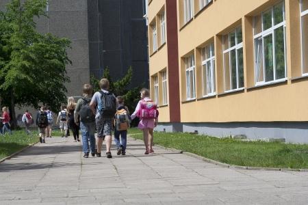 ni�os saliendo de la escuela: Ni�os en edad escolar abandonan la escuela
