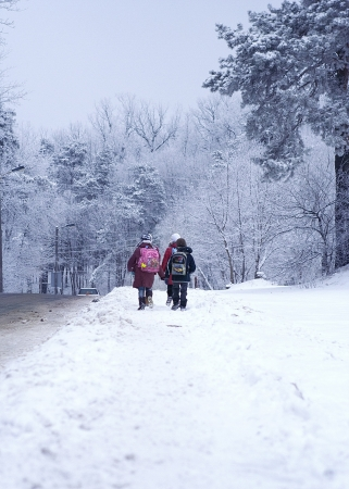 Bambini sulla strada per la scuola in un giorno gelido inverno
