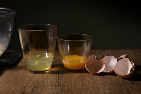 huevo blanco: Separado de clara de huevo y la yema. Breaken huevo para separar las yemas de huevo y blancos y cáscaras de huevo.