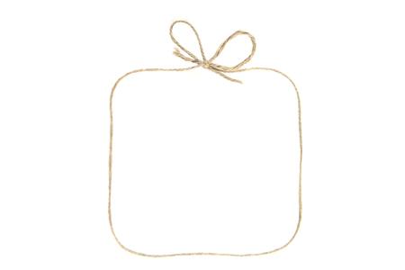 Rechteckiger Rahmen mit Schleife als Geschenkbox aus Schnur isoliert auf weißem Hintergrund. Leerer Rahmen aus Leinengarn oder Seil. Standard-Bild