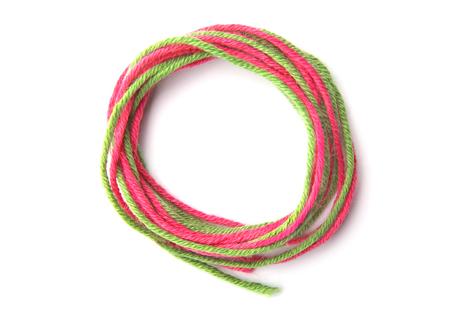 Marco de círculo colorido hecho de hilo aislado sobre fondo blanco. Marco vacío de hilo de algodón. Foto de archivo