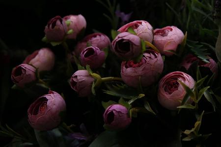 Nahaufnahme von schönen künstlichen Blumen Pfingstrosen. Kunststoff realistische Blumen und Pflanzen Wand Hintergrund.