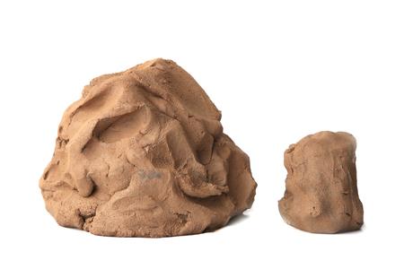 Pieza de arcilla natural aislada sobre fondo blanco. Material de arcilla húmeda para esculpir o modelar.