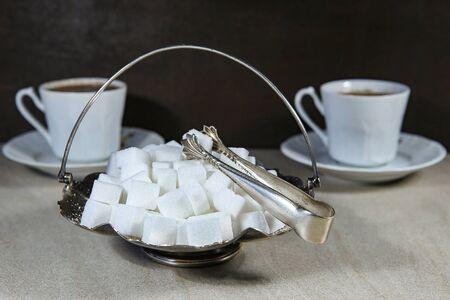 Zuckerwürfel in Metall Vintage Zuckerdose mit Zuckerzange.