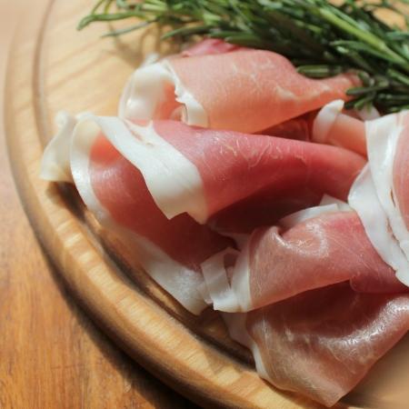 iberian: fette di prosciutto su un tagliere
