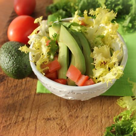 andijvie: salade met avocado, tomaat, andijvie Stockfoto