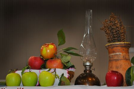 red oil lamp: red and green apple