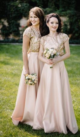 Dazzling bridesmaids walk smiling along the path 版權商用圖片 - 93718540