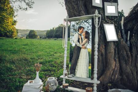 Portrait de jeune beau couple heureux sur la nature Banque d'images - 94648830