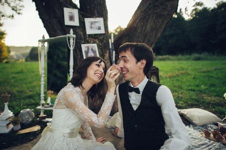 Vue lointaine du jeune couple de fiancés caucasiens sur pique-nique romantique Banque d'images - 94648855