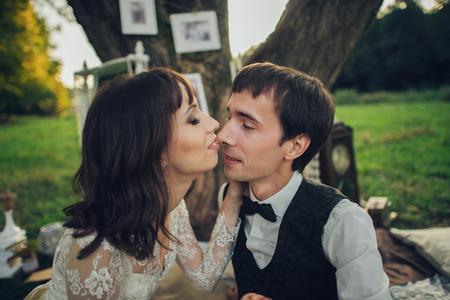 Vue lointaine du jeune couple de fiancés caucasiens sur pique-nique romantique Banque d'images - 94648858