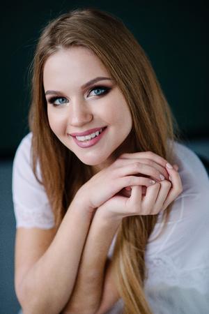 Schöne Junge Frau Mit Make Up Im Blauen Kleid Das Im Studio