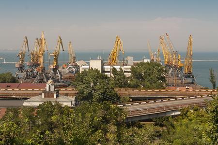 Schiffsreparaturwerft. Industriezone von Meer Frachthafen mit Getreidetrockner, Containern, Kränen und Lager Foto Standard-Bild - 65957387