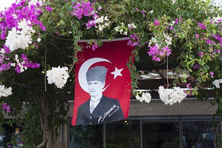 Zeigt die rote Flagge des Nationalhelden Atatürk im Blumenfoto Standard-Bild