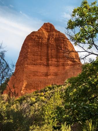 pith: La m�dula es un maravilloso paisaje marcada a partir de monta�as de oro y �rboles verdes. Se trata de una antigua mina de erosionar por los a�os. En la imagen, se puede ver una de las formaciones erosionadas con el tiempo. Foto de archivo