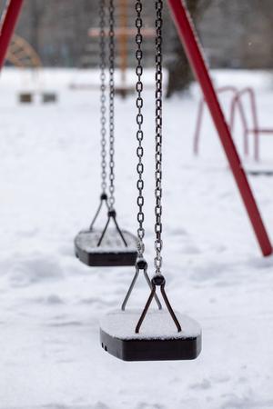 Empty chain swing in playground Standard-Bild - 116188540
