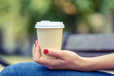 pausa caffè. tempo di rilassarsi. tempo di bere un caffè. tempo per stare insieme. incontro per un caffè. il pranzo. concetto di caffè da asporto Archivio Fotografico