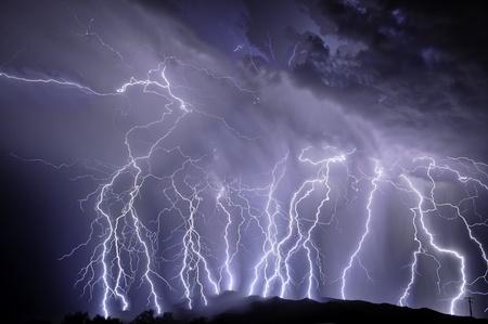 rayo electrico: Rel�mpago sobre las monta�as de Rinc�n