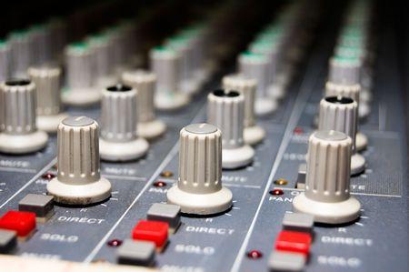 eq: closeup de un estudio de mezclador