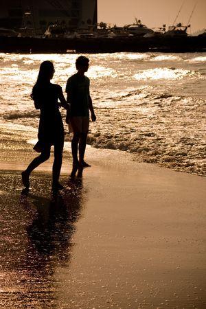 parejas caminando: Grupo de personas en la playa
