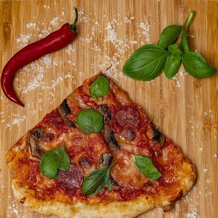 Pizza chorizo mozzarella fungi chilly basilico