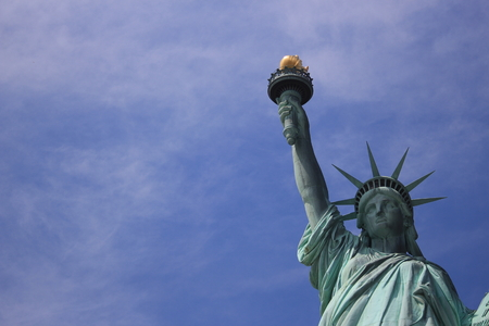 emigranti: Statua della Libert� contro il cielo blu Archivio Fotografico