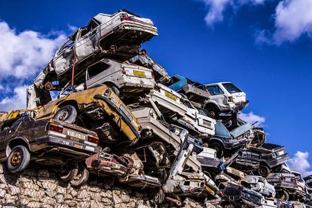 ゴミ捨て場に捨てられた車 写真素材 - 77904670