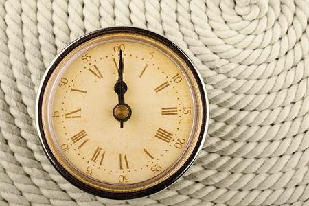 numeros romanos: Reloj con n�meros romanos sobre fondo de cable. 12  Foto de archivo