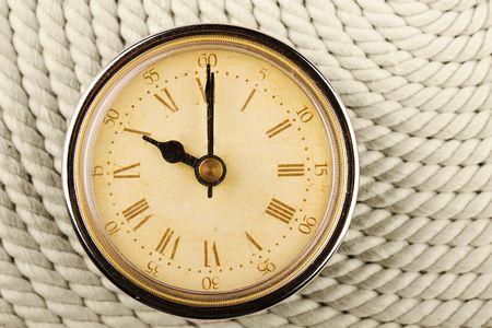 numeros romanos: Reloj con n�meros romanos sobre fondo de cable. 10