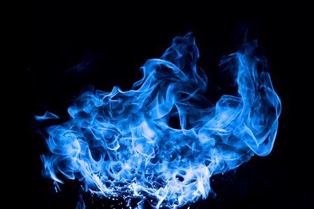 fuego azul: fuego azul sobre fondo negro Foto de archivo