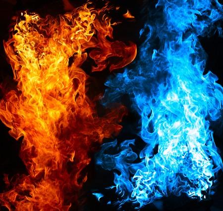 chaud froid: Feu rouge et bleu sur fond de balck Banque d'images