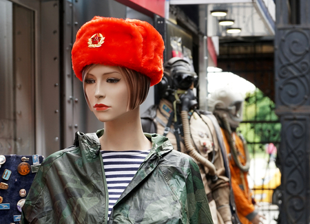 Female mannequin in a souvenir red Russian military cap. Foto de archivo